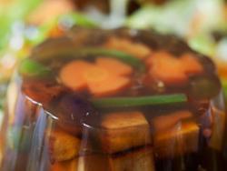 Gelatina de verdures i tofu fumat