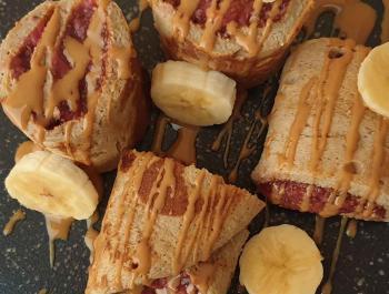 Rotllets de plàtan i civada amb melmelada de maduixa