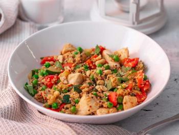 Saltat de quinoa, pollastre i pèsols