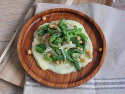 Saltat de verdures i cigrons amb puré de patates