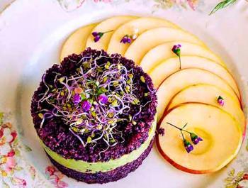 Tàrtar d'aniversari violeta amb crema d'alvocat i salsa lleugera de festucs