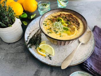 Sopa que alimenta de farigola, ous i llimona